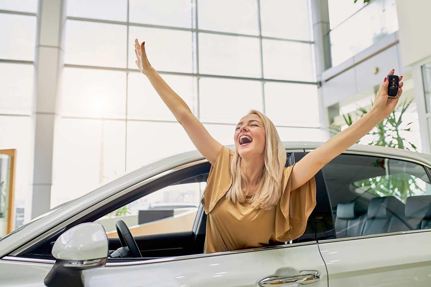 happy-customer-shouting-1400